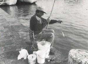 Giocattolo per bambini un magnete di una piccola pesca di pesce