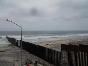 Muro di frontiera tra San Diego e T