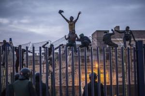 Migranti sulla recinzione che separa il Marocco da Melilla vicino a Beni Ansar, 28 marzo 2014.  (JOSE COLON/AFP/Getty Images)