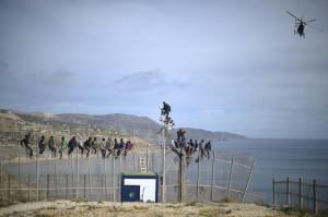 Migranti cercando di attraversare la recinzione che separa il Marocco a Melilla, 3 aprile 2014.  (Alexander Koerner/Getty Images)