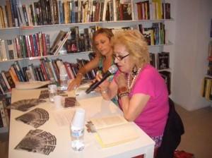 la madre di Vittorio Arrgoni in una presentazione del suo libro