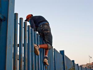 Tentativo di fuga dal CETI di Melilla (foto J. Palazòn)