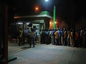 In fila in attesa di essere registrati (foto Palazòn)