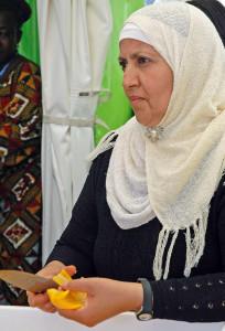 Una donna del maghreb prepara le verdure per il cuscus (foto Cuttitta)