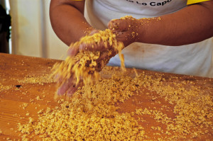 Una fase della preparazione del cuscus (foto Cuttitta)