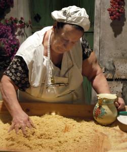 Una massaia di S. Vito Lo Capo ncoccia il cuscus(foto Cuttitta)