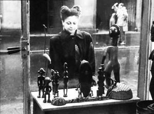 2.Giovane discendente da schiavi africani davanti a statuette africane di una bottega ( da «Présence Africaine»)