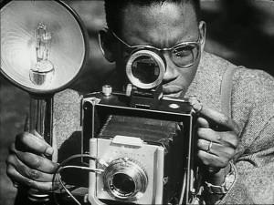 Artista africano mentre sta scattando una fotografia ( da «Présence Africaine»)