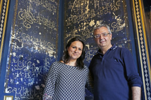 Valeria Giarrusso e Giuseppe Cadili nella stanza blu della loro casa (foto Giaramidaro)