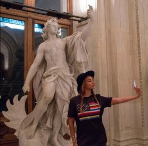 Beyonce selfie at Louvre