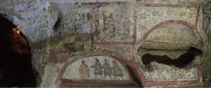 Decorazione dell'arcosolio col tema del'adorazione dei Magi (Fonte Archeofficina.com)