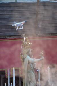 Un drone vola accanto al simulacro in processione; Palermo, festa della Madonna della Mercede al Capo, 2015
