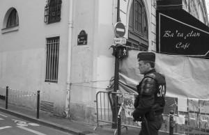 1Un poliziotto sorveglia il Passage Saint Pierre Amelot (foto Angelo)