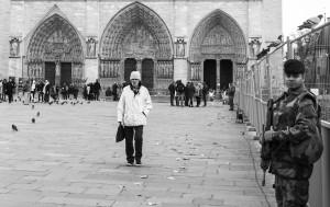Un giovane militare in difesa della cattedrale metropolitana (foto Angelo)