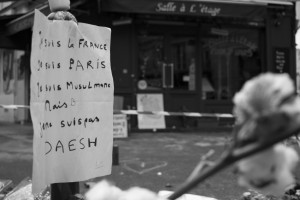 La scritta Je ne suis pas Daesh davanti al ristorante Casa Nostra , Rue de la Fontaine au Roi (foto Angelo)
