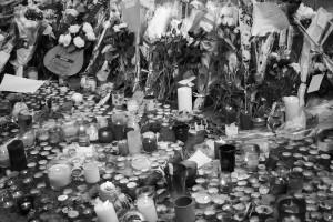 Una chitarra tra gli omaggi alle vittime, Bataclan, Boulevard Voltaire (foto Alesso)