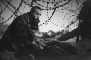 Al confine tra Serbia e Ungheria,  foto di Warren Richardson