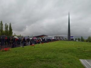 A cento anni (24 aprile  2015) pellegrini armeni risalgono la Collina delle rondini fino al Memoriale