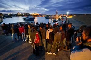 Lampedusa, sbarco immigrati clandestini dalla Tunisia.(foto-La-Press)