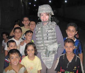 La ricercatrice Katherine Blue Carroll tra i bambini iracheni.
