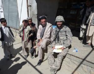 Il ricercatore Brian Brereton tra civili afghani.