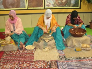 Donne marocchine estraggono l'olio di argan