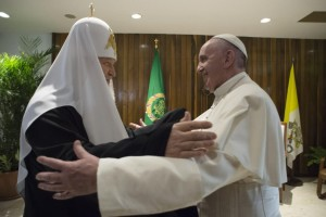 L'abbraccio di Francesco e Kirill