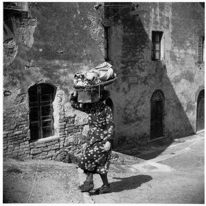 Pia Cini con il graticcio dei panni, 1936, dal catalogo della mostra del 1990  Alfred Bollinger fotografo a San Gimignano