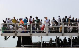 Migranti sulla nave maltese Phoenix, a Pozzallo (F. Malavolta, ApAnsa)