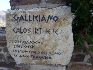 Moderne iscrizioni in grecanico a Gallicianò