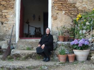 Giovanna Serri davanti la casa natale di Emilio Lussu