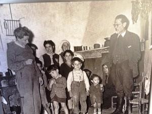 Joyce ed Emilio e in seconda fila sia Nenetta che Giovanna, il bambino 'cittadino' è  Giovanni figlio dei Lussu, Armungia 1950 ca.