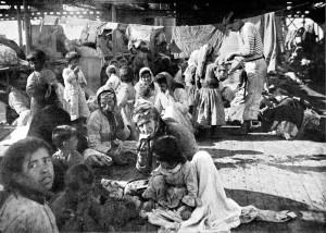 Profughi armeni nel 1915, sul ponte di una nave francese che li ha soccorsi. (Photo12UigGetty Images)