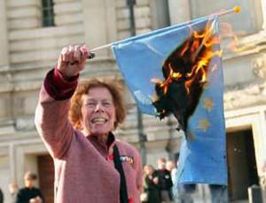 La bandiera della Ue bruciata
