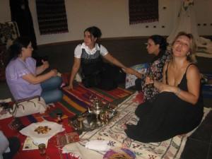 Donne di Annassim native e migranti su tappeti marocchini (foto Dony Fatima)