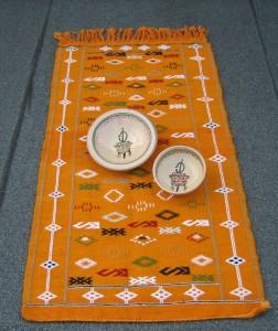 Ceramiche su tappeto berbero di Quarzazat