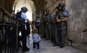 Autorità di Israele e un bambino palestinese nella città vecchia di Gerusalemme (Reuters, Ronen Zvulun)