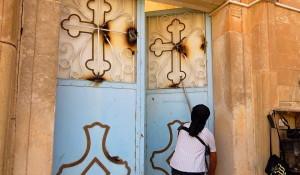 Jihadista di da'esh (isil) profana l'antica chiesa di Mar Korkis a Mossul (Iraq).