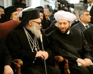 Il patriarca delle chiese d'Oriente, al-Yazigi, e il mufti di Siria, Hassun, insieme a Damasco durante una recente manifestazione contro il terrorismo jihadista e i movimenti takfiriya.