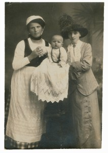 Balia emigrata in Francia con la mamma e il bambino, 1920 ca.