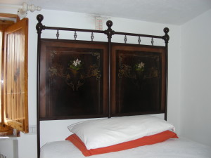 Particolare del letto in ferro battuto e madreperla (@Carlestal)