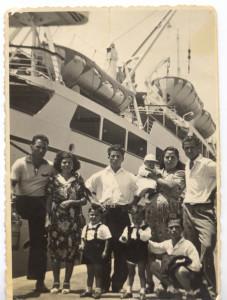 Famiglia Costa al porto di Palermo, 1957 (@Archivio Millestorie)