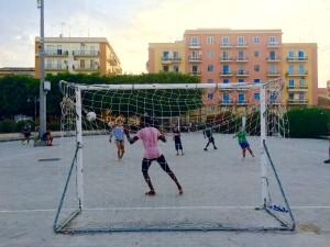 Siracusa, ragazzi italiani e stranieri insieme in una partita di calcio (ph. Messina)