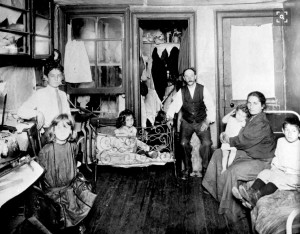 Famiglia in tenement in Lower East Side, ph. Jacob Riis da How the Other