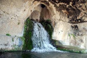 La Grotta del Ninfeo adiacente al Teatro Greco, Siracusa. La fonte è alimentata dalle acque dell'Acquedotto Galermi, condotta idrica di epoca greca