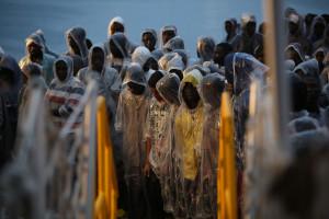 Foto Vincenzo Livieri - LaPresse  17-11-2016 - Pozzallo Sbarco nel porto di