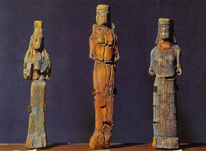 Statuine lignee di età greca di tre figure femminili (VII-VI secolo a.C.) rinvenute in un deposito votivo vicino a sorgenti sulfuree, in cda Tumazzo, presso Palma di Montechiaro, ora esposte al Museo