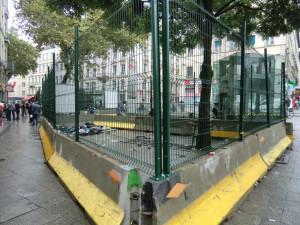 . Recinzione per circoscrivere i rom in Rue Pasteur (ph. Armano)