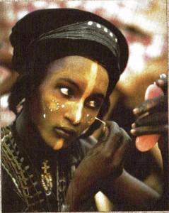 Concorso di bellezza maschile presso i Wodaahé (Niger), ph. C. Beckwith