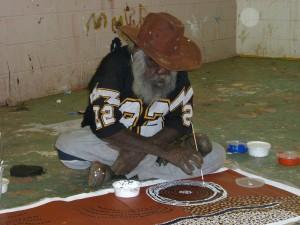 l'artista-bill-whisky-tjapaltjarri-al-lavoro-in-australia-centrale